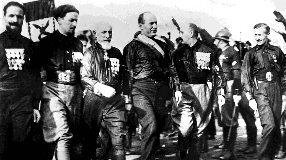 Муссолини с участниками похода на Рим. Слева направо — Аттилио Теруцци (командир отрядов из Эмилии-Романьи), Итало Бальбо (квадрумвир), Эмилио де Боно (квадрумвир), Бенито Муссолини, Чезаре Мария де Векки (квадрумвир), Микеле Бьянки (квадрумвир)