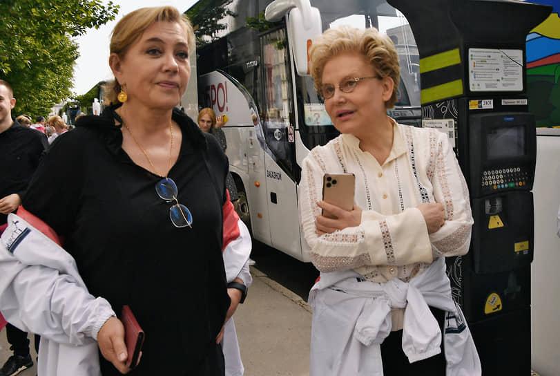 Телеведущие Арина Шарапова (слева) и Елена Малышева перед началом церемонии посадки черешневого леса компанией Bosco di Ciliegi на территории фабрики «Мануфактуры Bosco»