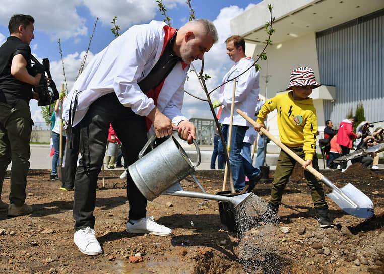 Председатель совета директоров компании «Дымов» Вадим Дымов во время посадки деревьев на территории фабрики «Мануфактуры Bosco»