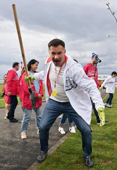 Вице-президент Федерации спортивной гимнастики России Алексей Немов во время посадки деревьев на территории фабрики «Мануфактуры Bosco»