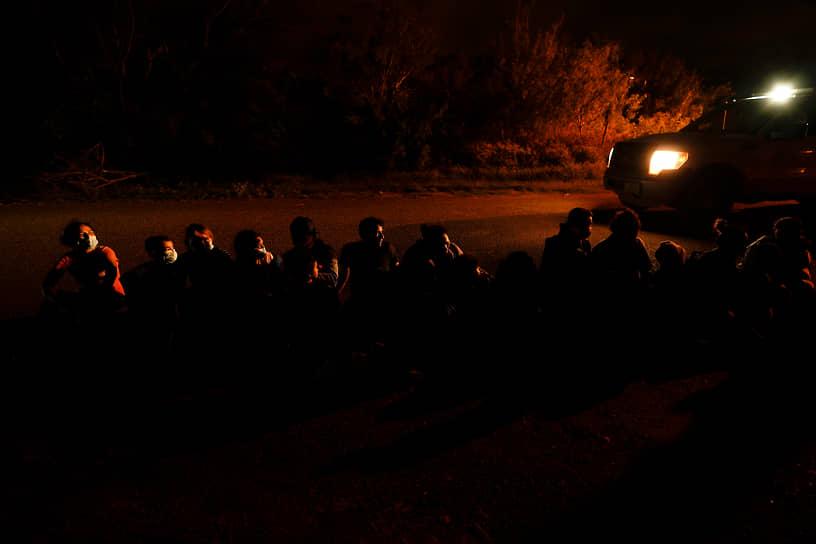 Ла Джойя, штат Техас, США. Группа мигрантов после пересечения американо-мексиканской границы