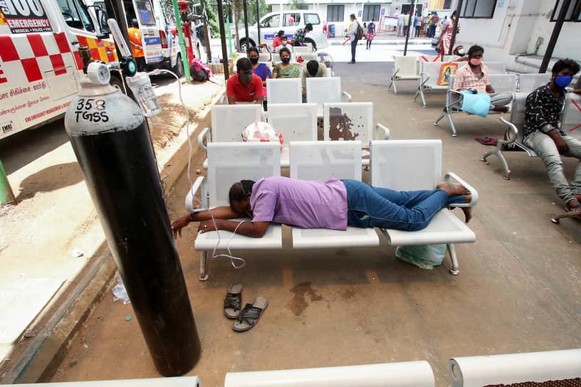 Ченнай, Индия. Заболевший коронавирусом ожидает приема врача у госпиталя