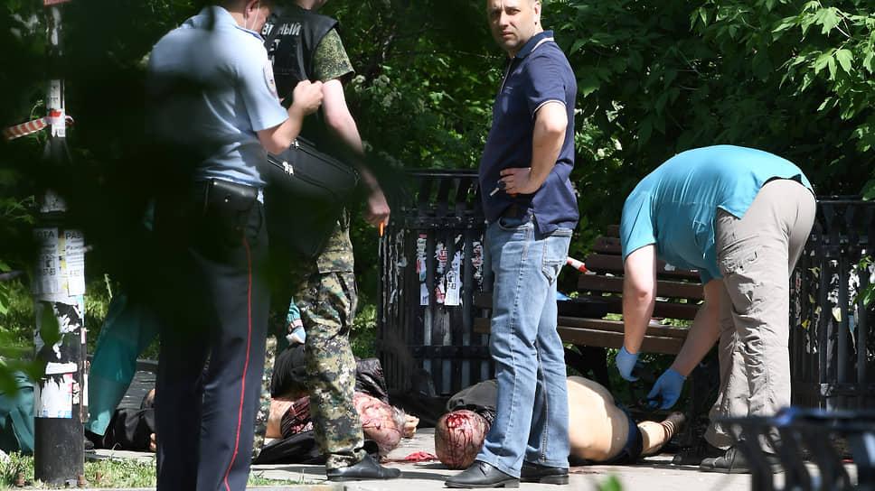 Оперативная группа сотрудников полиции на месте происшествия в сквере около ж/д вокзала Екатеринбурга