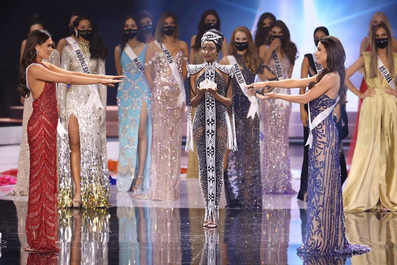 Бразильянка Жулия Гама (справа) заняла второе место <br>На фото: победительницы конкурса «Мисс Вселенная—2021» Андреа Меса (слева) и «Мисс Вселенная—2019» Зозибини Тунзи (в центре)