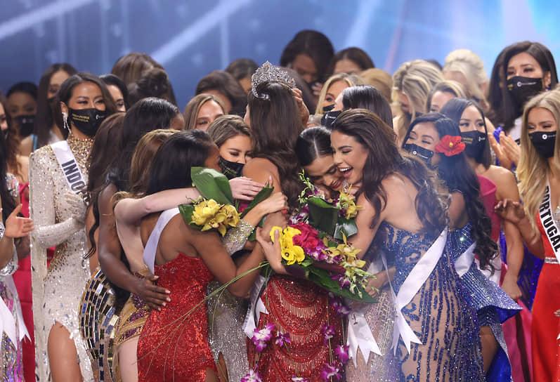 Участницы конкурса поздравляют победительницу
