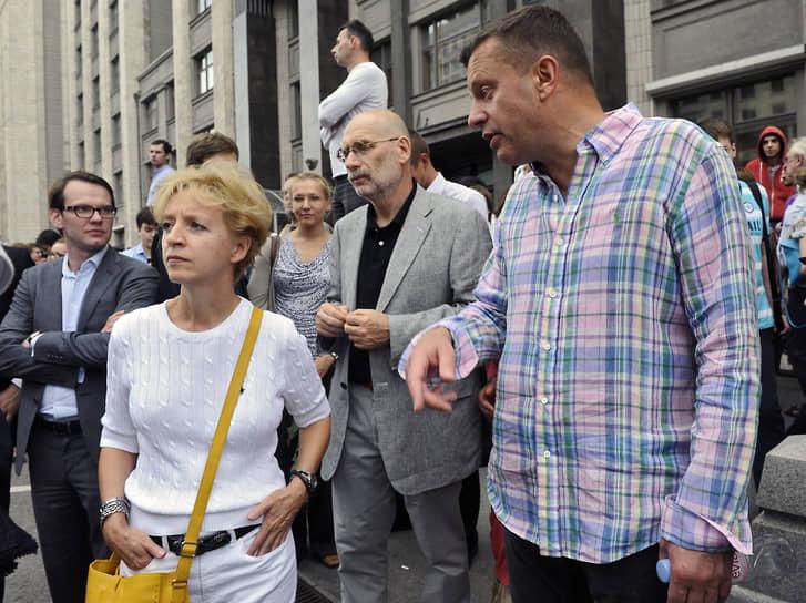 «Мы очень разные. Акунин существенно добрее меня. Это во-первых. Во-вторых, он в отличие от меня идеалист. И в-третьих, он твердо знает, что Бог существует, в чем я ему завидую»<br> На фото: Борис Акунин и журналист Леонид Парфенов (справа) у здания Госдумы во время акции в поддержку оппозиционера Алексея Навального, 2013 год