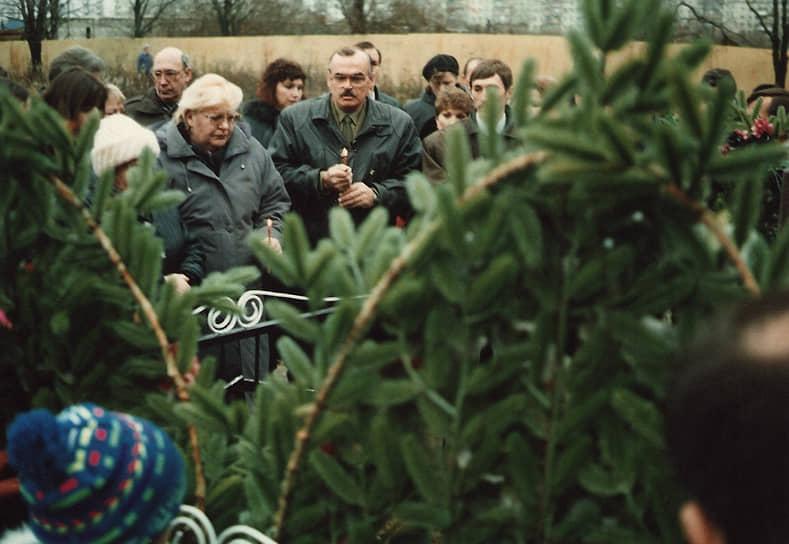 Разборки за эти средства завершились взрывом 10 ноября 1996 года на Котляковском кладбище, в результате которого 14 человек, в том числе руководители РФИВА, погибли, а еще 30 были ранены. За массовое убийство были осуждены два ветерана-афганца, а предполагаемого организатора преступления, полковника ГРУ Валерия Радчикова оправдали, в 2001 году он погиб в ДТП <br>На фото: вдова Михаила Лиходея (в центре) у могилы мужа за несколько минут до взрыва
