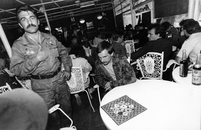 Ухтинская организация ветеранов войны в Афганистане стала первой в Советском Союзе. Позже стали появляться другие подобные организации, отличающиеся большими масштабами <br>На фото: встреча воинов-афганцев в московском ЦПКиО имени М.Горького в 1989 году