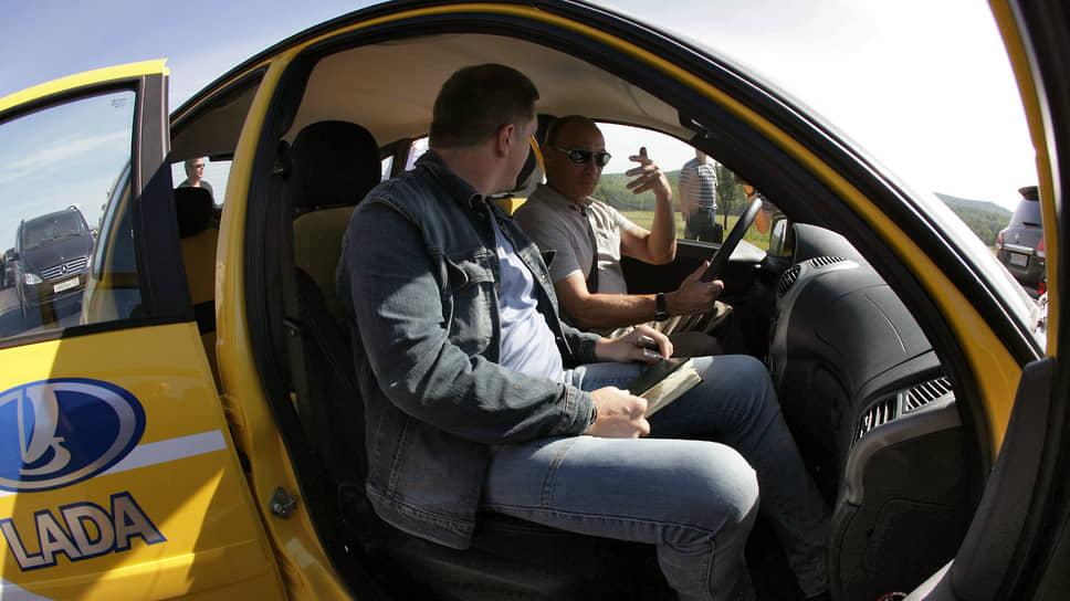 27 августа 2010 года. Та самая знаменитая поездка на желтой «Ладе». Колесников — пассажир, премьер Путин — водитель