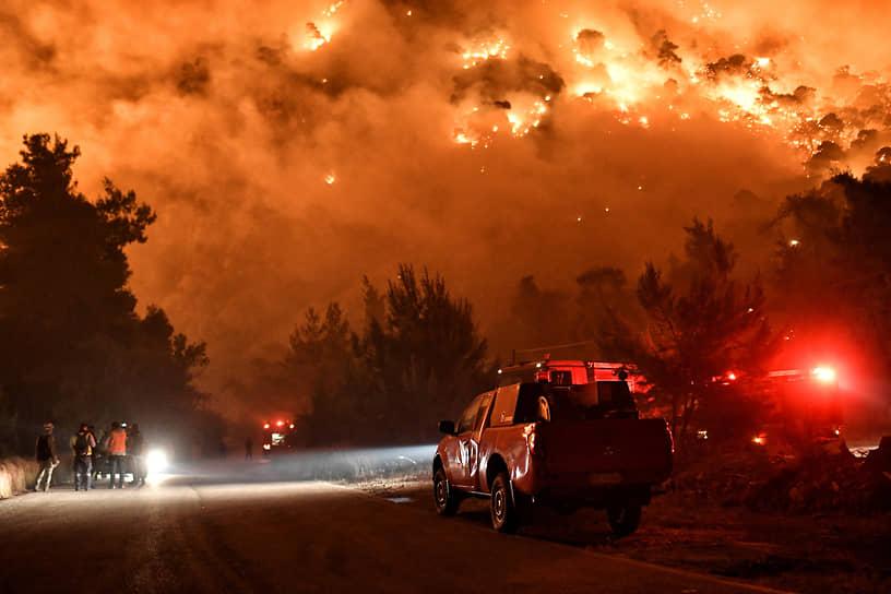 Коринф, Греция. Спасатели пытаются потушить пожар
