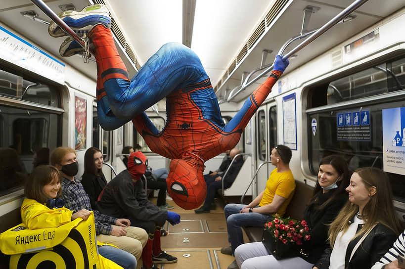 Санкт-Петербург, Россия. Представление акробатов в костюмах Человека-паука в вагоне метро