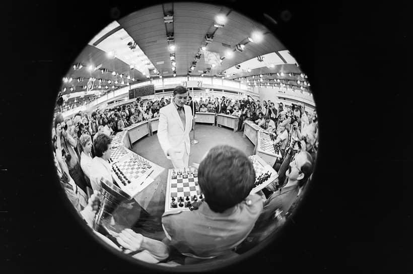 «Матч стал бы уникальным событием в истории не только шахмат, но и мирового спорта. Жаль, что сорвалось» <br>В 1975 году Фишер после длительных переговоров с Международной шахматной федерацией (ФИДЕ) отказался от поединка с претендентом из-за разногласий о порядке его проведения. Карпов был провозглашен 12-м чемпионом мира по шахматам, не сыграв с Фишером ни одной партии