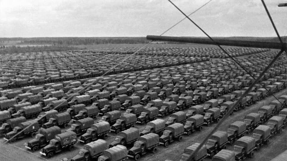 «За этот период в Советский Союз доставлены из Соединенных Штатов следующие, из наиболее важных, средства вооружения и военного снаряжения… автомашин — 206.771, других средств военного механизированного транспорта — 5397 единиц, мотоциклов — 17017» (на фото — американские автомобили, доставленные в СССР, 1942 год)