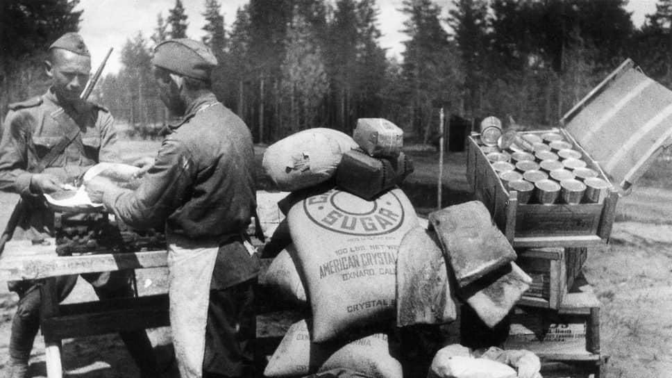 «Продовольствие, которое мы отправляем, не является ни займом, ни долгом милосердия. Это лишь вопрос приличия, здравого смысла. Это мероприятие, отвечающее нашим собственным интересам» (на фото — получение продуктов из союзных держав на фронтовом питательном пункте. Действующая армия, 1943 год)