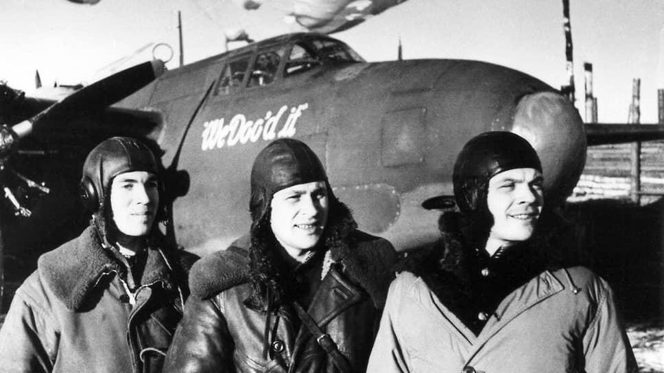 «Американские бомбардировщики,— сообщало агентство Ассошиэйтед Пресс,— не выставляются напоказ, но, по имеющимся сведениям, они эффективно использовались для защиты Сталинграда и во время наступления» (на фото — экипаж гвардии капитана Стрелецкого у своего американского бомбардировщика. Действующая армия, декабрь 1943 года)