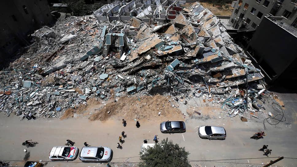 Уничтоженное израильской ракетой высотное здание в секторе Газа