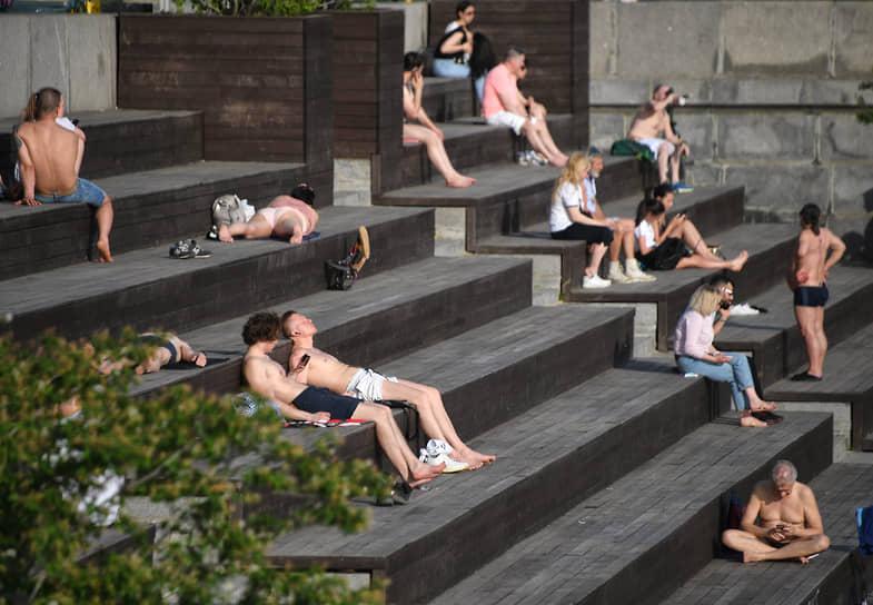 Москва. Отдыхающие на набережной в парке Горького