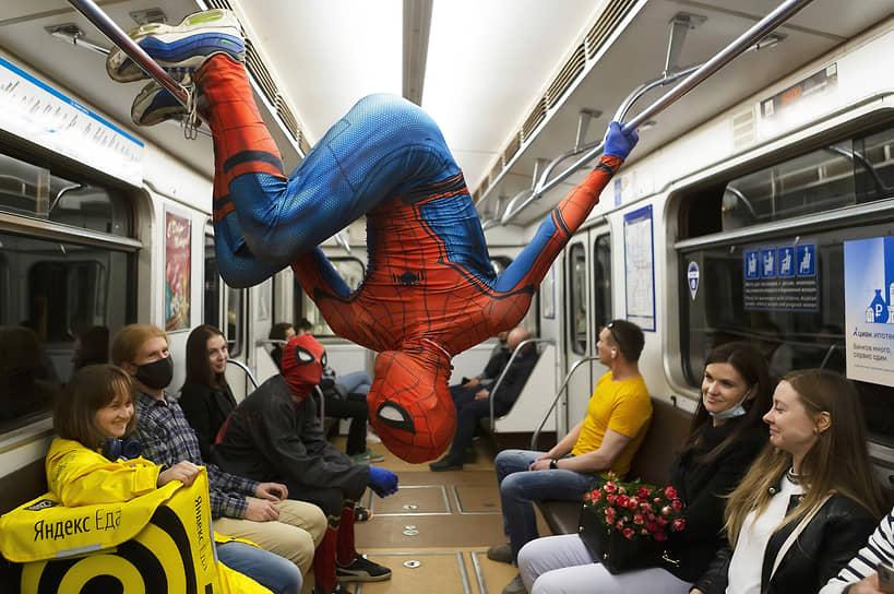 Санкт-Петербург. Представление акробатов в костюмах Человека-паука в вагоне метро