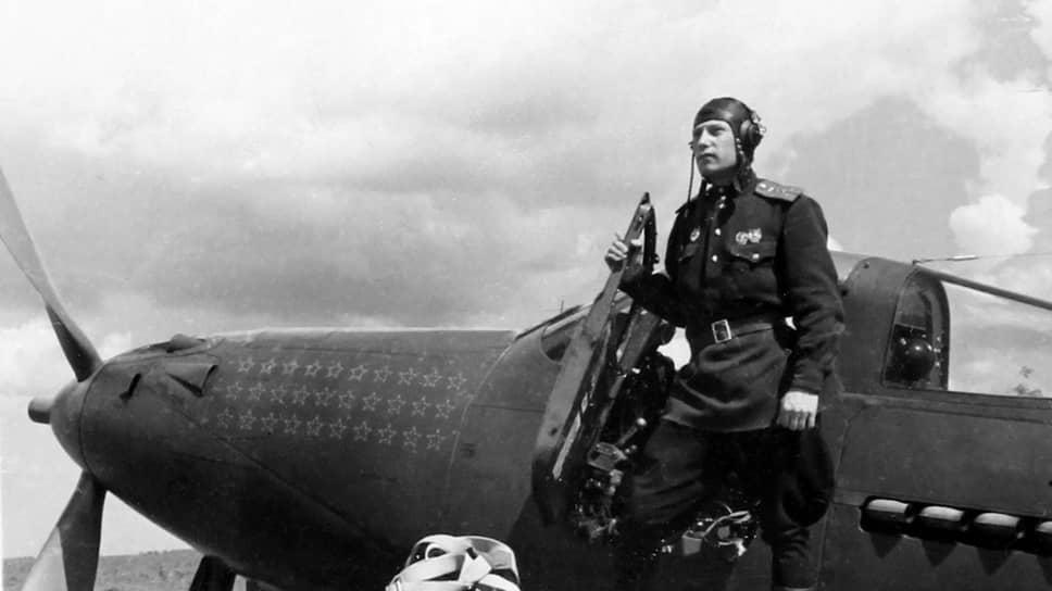 """«Истребитель """"Аэрокобра"""" — хорошая боевая машина. Он вооружен мощными огневыми средствам, прост в технике пилотирования, надежен» (на фото — летчик-ас, будущий Трижды Герой Советского Союза А.И.Покрышкин на крыле своей «Аэрокобры», 1943 год)"""