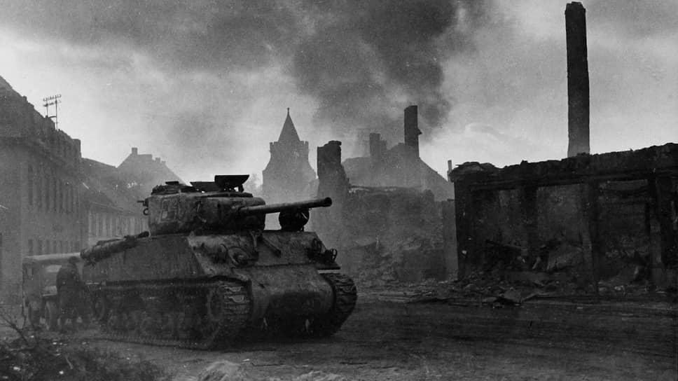 «За этот период в Советский Союз доставлены из Соединенных Штатов следующие, из наиболее важных, средства вооружения и военного снаряжения… танков — 3734» (на фото — советский танк американского производства на разрушенной улице Кенигсберга, 1945 год)