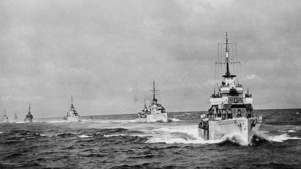 «При перевозках грузов в Советский Союз,— сообщал Микоян,— англичане потеряли 33 торговых судна… Кроме того, при конвоировании судов англичане потеряли: два легких крейсера, пять эсминцев, одну подводную лодку (польскую), четыре минных тральщика и три вооруженных траулера» (на фото — британский конвой, идущий в СССР)