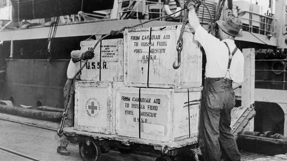 «Поставки из Канады с начала войны до 1 июня 1943 г. производились в счет английских обязательств и по соглашению о кредите между Канадой и СССР... После 1 июня 1943 г. Канада производит поставки Советскому Союзу самостоятельно» (на фото — в канадском порту грузят на советский пароход медикаменты и одежду для СССР)
