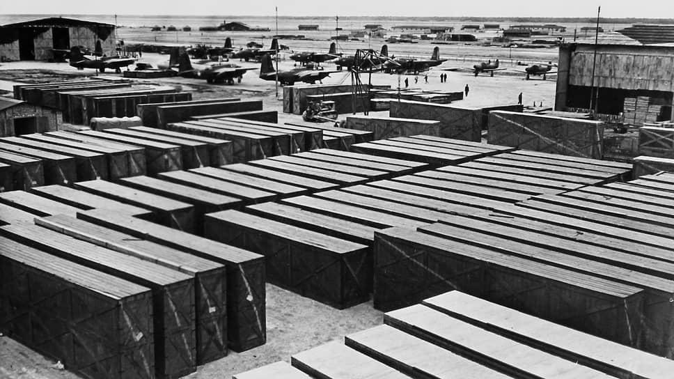 «За период с 1 октября 1941 г. по 1 мая 1944 г. США отправили Советскому Союзу по Ленд-Лизу вооружения, оборудования, материалов и продовольствия на общую сумму 5357,3 млн. долларов и в тоннаже 9514,0 тыс. англ. тонн» (на фото — контейнеры и самолеты, подготовленные к отправке в СССР)