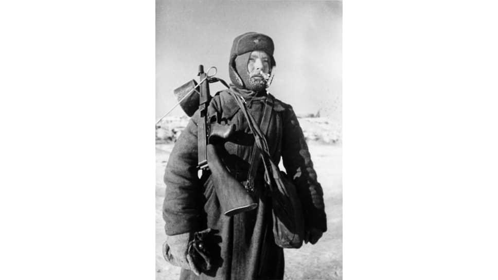 «За этот период в Советский Союз доставлены из Соединенных Штатов следующие, из наиболее важных, средства вооружения и военного снаряжения… патронов — 991,4 миллиона штук» (на фото — боец Красной армии с американским пистолетом-пулеметом Томпсон. Сталинград, 1943 год)