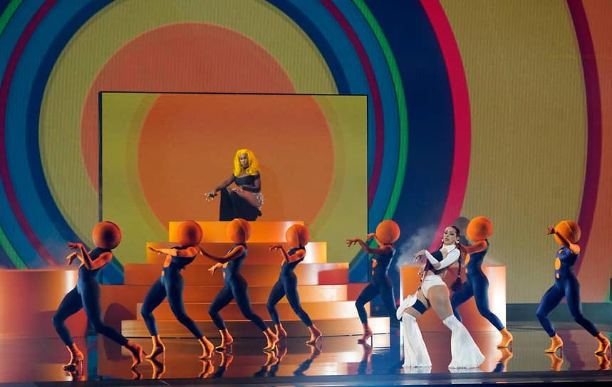 Певицы Doja Cat (третья справа) и SZA (сверху)