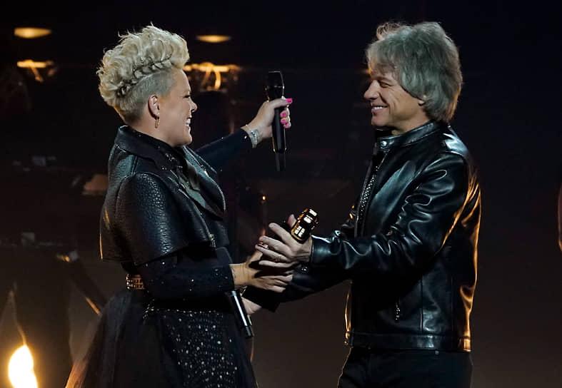 Певица Pink получает награду из рук Джона Бон Джови