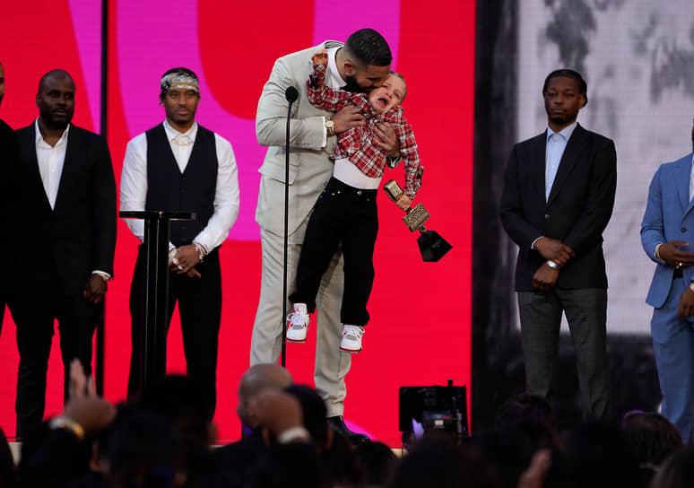 Рэпер Дрейк (на фото — вместе со своим сыном Адонисом) получил специальный приз как лучший артист десятилетия