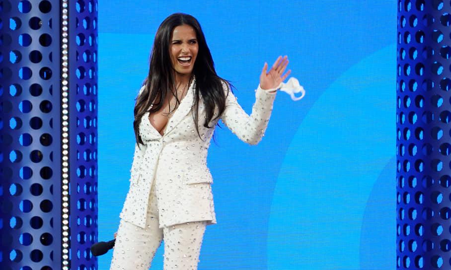 Телеведущая Падма Лакшми анонсирует выступление южнокорейской группы BTS, получившей на церемонии четыре награды