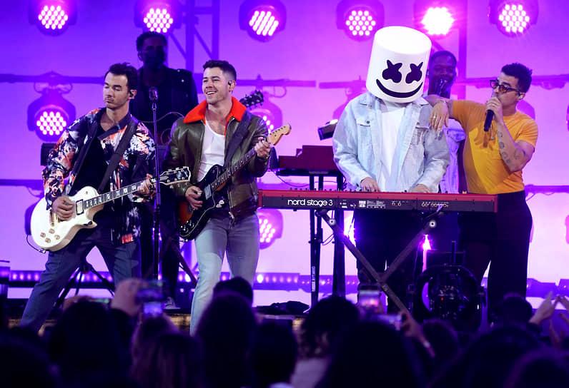 Группа Jonas Brothers и DJ Marshmelllo