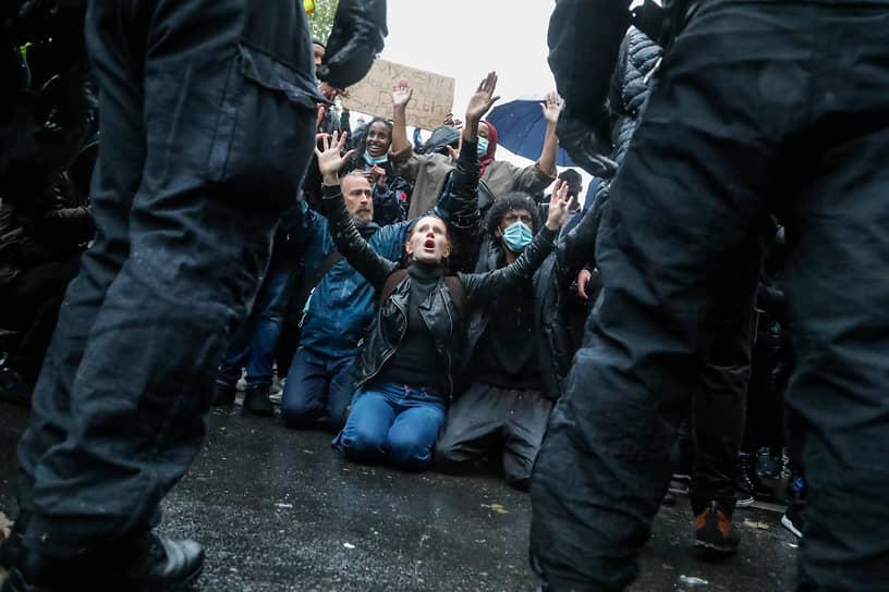 Уже 31 мая акции против полицейского насилия и расизма начались в других странах, в частности, в Германии, Великобритании, Новой Зеландии, а затем в Греции, Турции и Франции. Жестокость, которая привела к гибели Джорджа Флойда, осудили десятки политиков и знаменитостей по всему миру <br>На фото: акция протеста в Лондоне