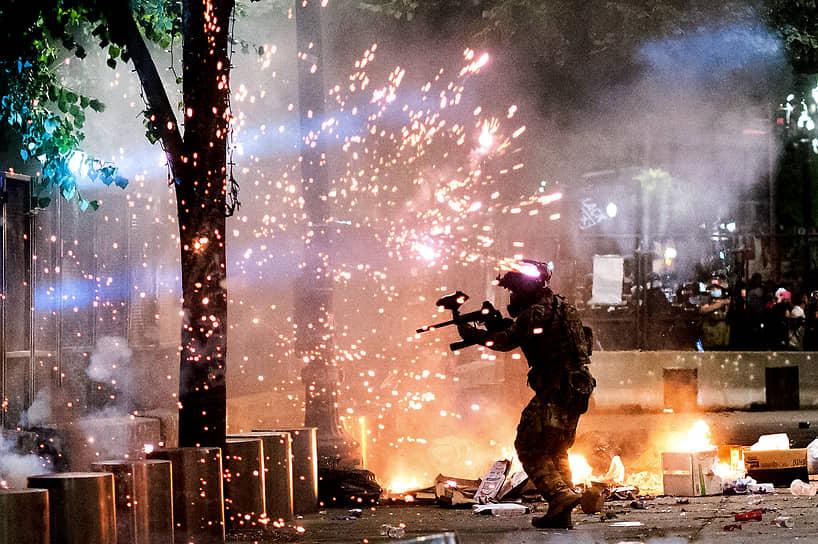 1 июня Дональд Трамп распорядился ввести в Вашингтон тысячи тяжеловооруженных военных и сотрудников сил правопорядка, чтобы справиться с протестами, проходящими рядом с Белым домом