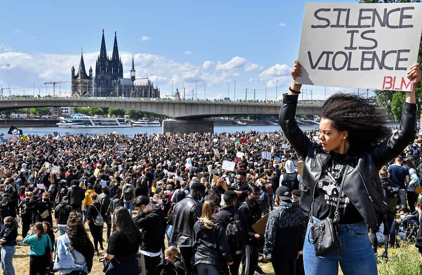 Black Lives Matter называют крупнейшим гражданским движением в американской истории. По подсчетам разных центров по изучению общественного мнения, данные которых публиковала газета The New York Times, на пике протестов в июне 2020 года в акциях принимало участие от 15 до 26 млн американцев