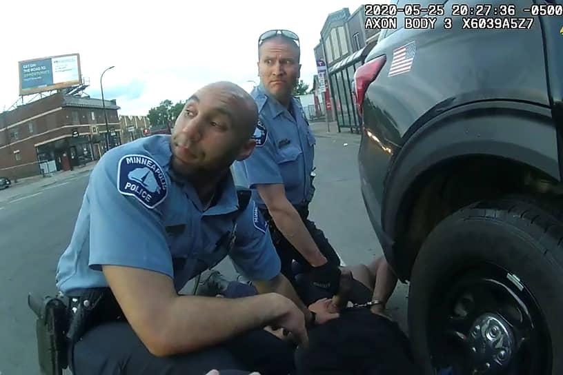 Полицейский Дерек Шовин (на фото справа), участвовавший в задержании, был арестован спустя четыре дня после смерти Джорджа Флойда и обвинен в непредумышленном убийстве, связанном с применением силы. Полицейский 9 минут удерживал, прижимая коленом, шею Флойда, после чего тот скончался. Все это время задержанный повторял фразу: «Я не могу дышать»