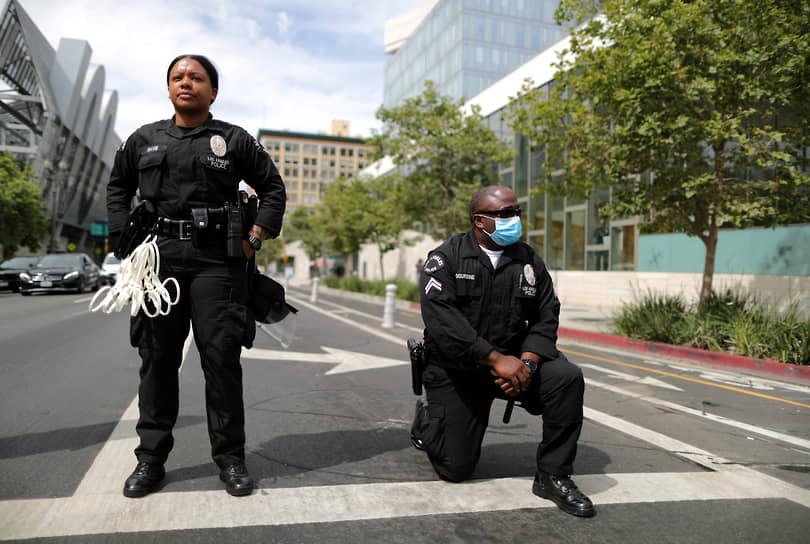 В некоторых городах и странах полицейские проявляли солидарность с протестующими, вставая на одно колено в знак поддержки. Вскоре этот жест стал своеобразным трендом антирасистского движения