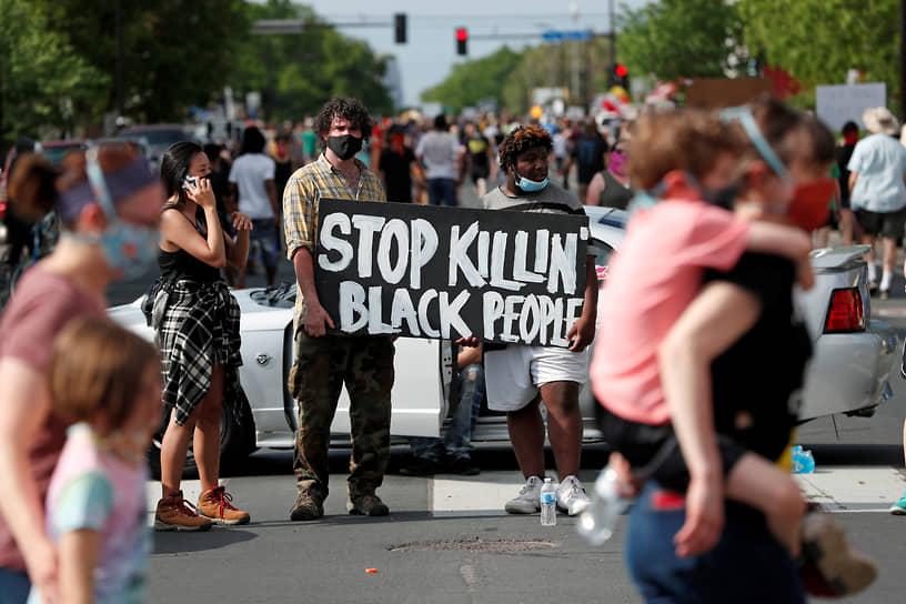 Кадры с последними минутами жизни Флойда вызвали широкий общественный резонанс. На следующий день после его смерти на месте инцидента стали проходить акции под лозунгами общественного движения Black Lives Matter («Жизни черных важны»)