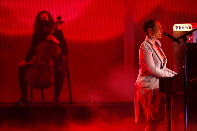 Певица Алиша Киз, десять раз становившаяся лауреатом Billboard Music Awards в предыдущие годы, во время выступления