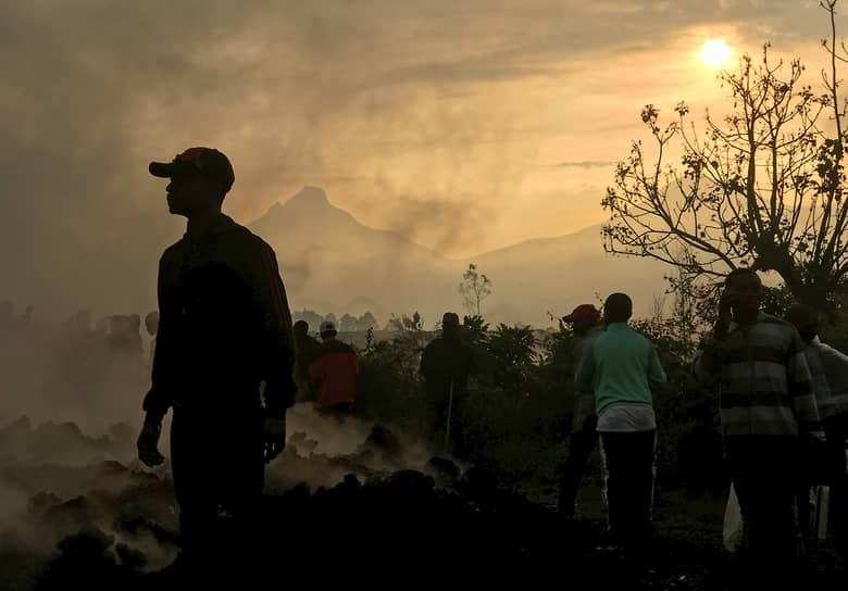 Гома, Демократическая Республика Конго. Местные жители у разрушенных при извержении вулкана домов