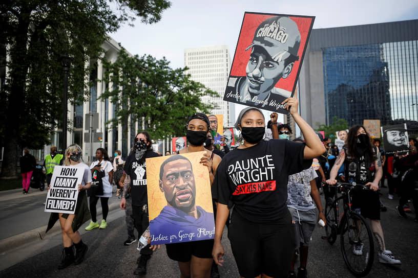 24 мая 2021 года в США накануне годовщины начались памятные мероприятия в честь Джорджа Флойда. Они продлятся несколько дней, а семью погибшего примет в Белом доме президент Джо Байден <br>На фото: участники мероприятий, посвященных годовщине убийства Джорджа Флойда