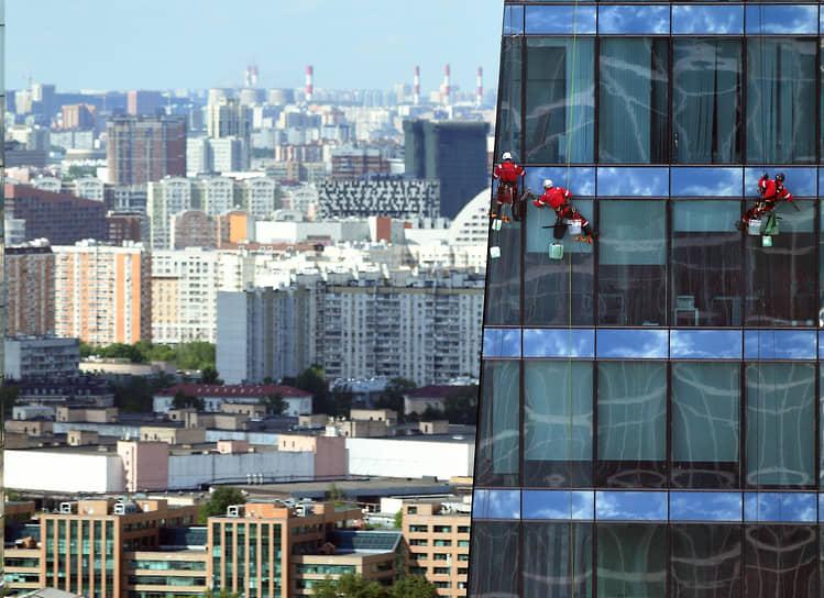 Москва, Россия. Мытье окон башни «Федерация» промышленными альпинистами
