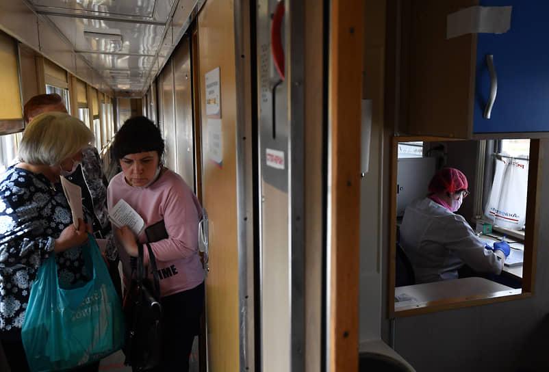 Иркутская область, Россия. Прием пациентов в передвижном консультативно-диагностическом центре «Академик Федор Углов» на станции Половина