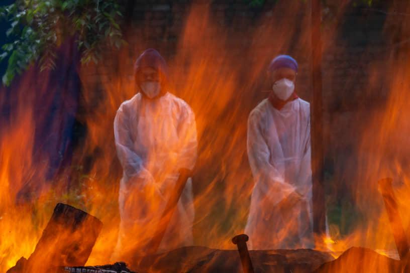 Шринагар, Индия. Родственники умершего от коронавируса у его погребального костра