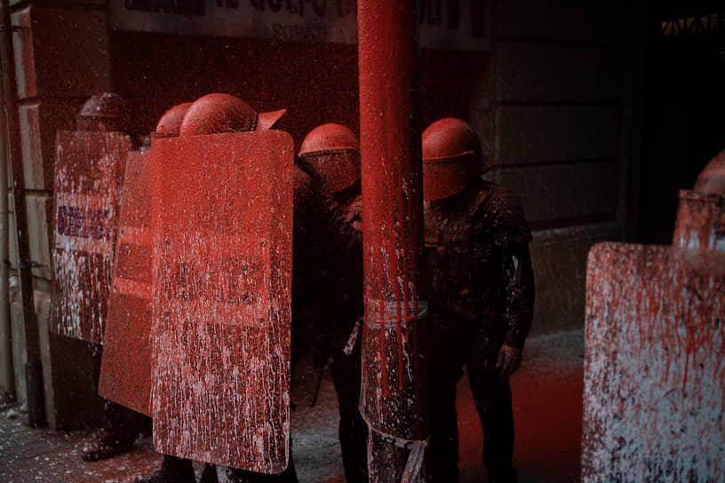 Барселона, Испания. Активисты облили краской полицейских на акции против выселения людей из самовольно занятого помещения