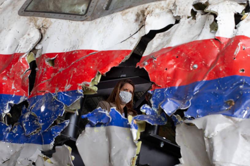 Авиабаза Гильзе-Риджен, Нидерланды. Судьи и адвокаты осматривают реконструированные обломки малайзийского Boeing, сбитого на востоке Украины в 2014 году