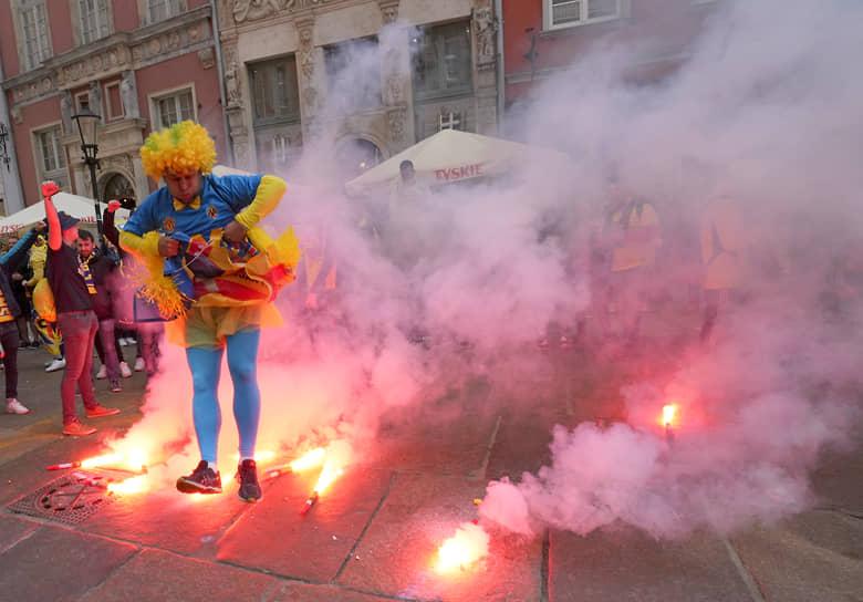 Гданьск, Польша. Болельщик испанского футбольного клуба «Вильярреал» перед матчем