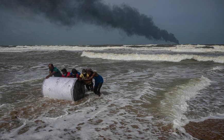 Коломбо, Шри-Ланка. Горящее судно у берегов острова