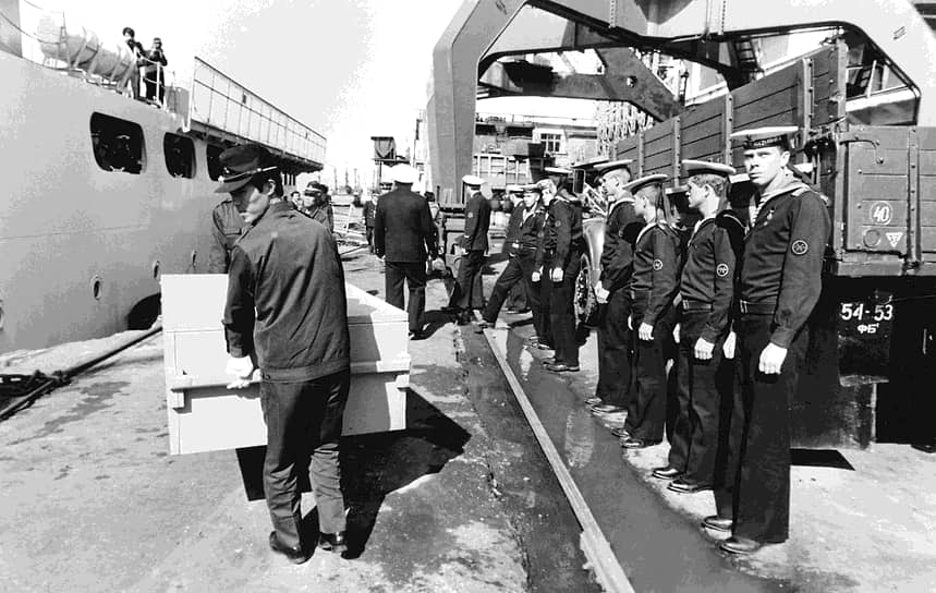 1 сентября 1983 года в небе над Сахалином советским истребителем-перехватчиком был сбит Boeing 747 южнокорейской компании Korean Air, следовавший рейсом по маршруту Нью-Йорк — Сеул. На борту лайнера находились 269 человек, в том числе 246 пассажиров. При крушении все они погибли. США обвинили СССР в преднамеренном уничтожении авиалайнера. Согласно расследованию Международной организации гражданской авиации, Boeing отклонился от маршрута из-за того, что пилоты неправильно настроили автопилот и не выполняли надлежащих проверок для уточнения текущих координат <br>На фото: транспортировка обломков сбитого Boeing 747